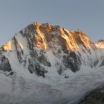 Die frisch verschneite Grandes Jorasses Nordwand im Abendlicht